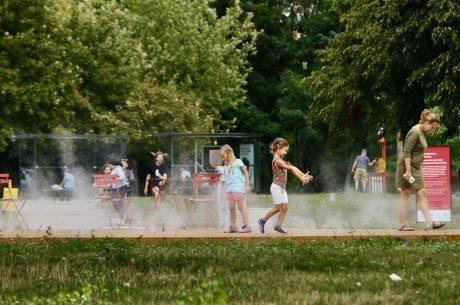 drevené plató a šantiace sa deti v hmle
